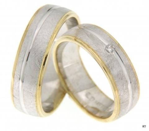 Icy, bicolortrouw ringen. De ringen zijn 6,5 mm breed. De prachtige koele brede baan, uitgevoerd in ijsmattering, wordt omsloten door twee warme buitenbanen van glanzend geelgoud. Een fonkelende briljant geslepen diamant van 0,03 ct werpt licht op de ijsbaan.