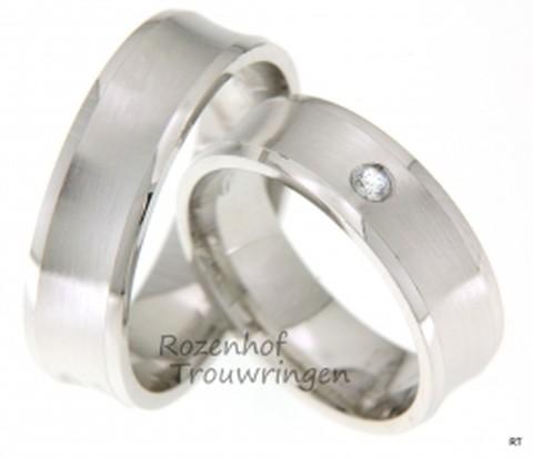 Solide witgouden trouwringen met twee glanzende smalle buitenbanen. De ring is 6,5 mm breed. In de dames trouwring prijkt een fonkelende briljant geslepen diamant van 0,04 ct.