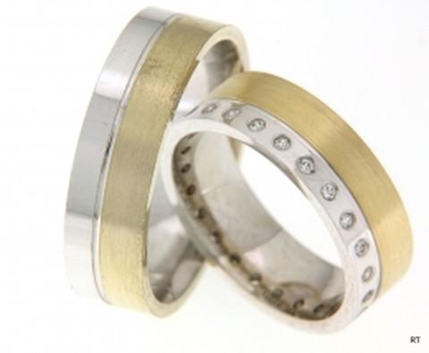Moderne, strakke, bicolor trouwringen, welke een breedte hebben van 6,5 mm. De ring is vervaardigd uit geelgoud en witgoud met matte finish. In de dames trouwring zijn rondom de ring maar liefst 24 briljant geslepen diamanten van in totaal 0,24 ct gezet.