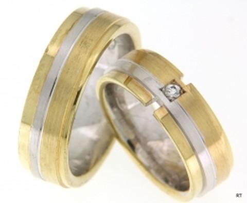 Fuerza design. Bicolor trouwringen bestaande uit twee banen geelgoud en een smallere baan witgoud. De ringen zijn 7 mm breed. In de dames trouwring is in een verdiepte vierkant, een briljant geslepen diamant van 0,05 ct. gezet. Een robuuste schoonheid in twee kleuren!