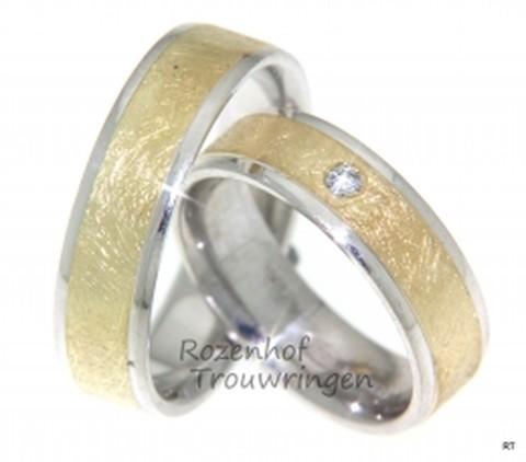 Fuerza design. Icy, 6 mm brede, bicolor trouwringen. De prachtige ijsmattering van het geelgoud steekt mooi af bij de glanzende witgouden buitenranden. In de dames trouwring is een briljant geslepen diamant gezet van 0,04 ct. Een sportieve trouwring!