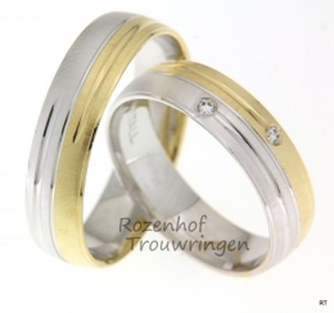 Mooi belijnde, bicolor trouwringen van 5,5 mm breed. De ring is verdeeld in gelijke banen witgoud en geelgoud. In de dames trouwring is zowel aan het begin van de lijn als aan het eind van de lijn, een briljant geslepen diamant gezet van in totaal 0,04 ct.