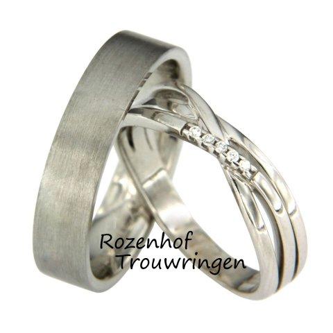 Unieke trouwringen voor het leven, een moderne combinatie en uitgevoerd in witgoud. De ring van je maatje is geheel gematteerd en zeer neutraal, maar u trouwring zal daardoor extra stralen! U ring beschikt zich namelijk over 5 diamanten en een bijzonder lijnenspel.