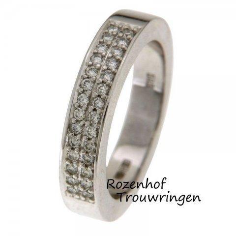 Luxueuze, witgouden verlovingsring met schitterend veld van diamanten