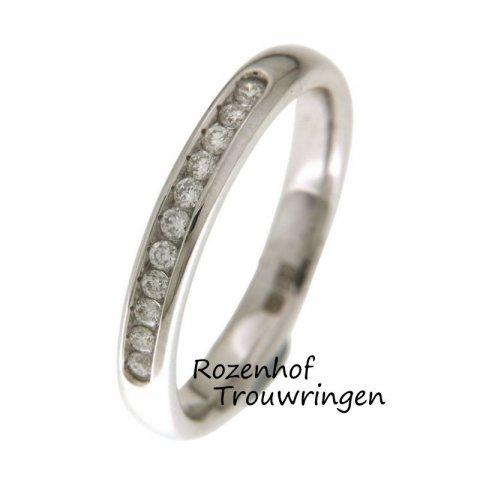 Verfijnde, witgouden verlovingsring van 3 mm breed. Een pad van 11 fonkelende, briljant geslepen diamanten van 0,15 ct leidt u de weg naar het huwelijksbootje.