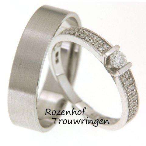 De ongewone combinatie van de brede herenring van mat witgoud en de smallere witgouden dames ring bezet met 37 briljant geslepen diamanten van in totaal 0,269 ct, maakt deze ringen bijzonder exclusief.