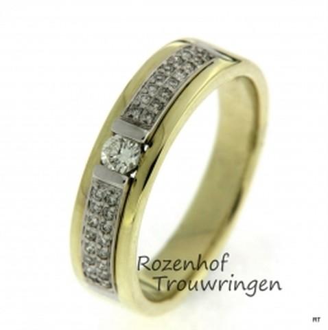 Verlovingsring van witgoud en geelgoud, uitbundig versierd met 33 briljant geslepen diamanten van in totaal 0,228 ct waarvan de grootste in het midden is gezet. De ring heeft een breedte van 5,5 mm