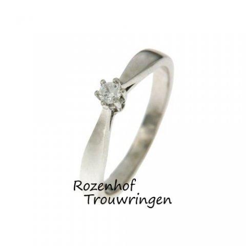 Deze mooie witgouden verlovingsring is verkrijgbaar bij Rozenhof Trouwringen. Deze ring wordt ook wel een soliatire genoemd, omdat er één sprankelende diamant in is gezet.