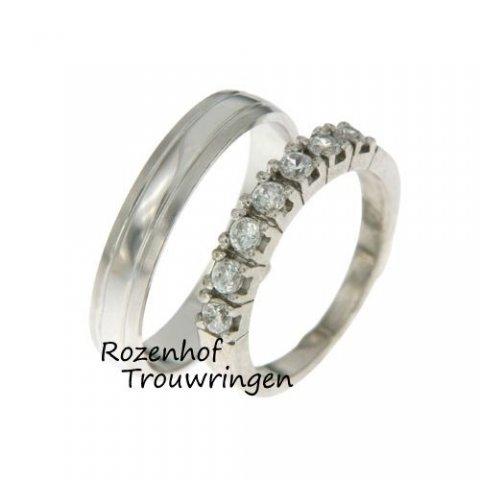 Een super matchend trouwringenpaar! De glanzende herenring die lekker neutraal is en de opvallende damesring die de glimlach van de bruid nog breder zal maken! Vooral door die schitterende diamanten.