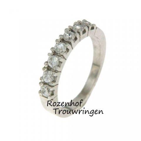 Een verlovingsring uitgevoerd in witgoud die de glimach van de bruid nog breder zal maken. Shine bright like a diamond!
