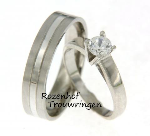 Een tijdloze witgouden herenring in combinaite met een eyecatching damesring nu verkrijgbaar bij Rozenhof Trouwringen. De eyecatcher van dit setje beschikt zich over een sprankelende diamant in een zeer bijzondere zetting.