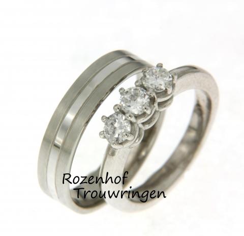 Schitterende trouwringenset met veel variatie! En die variatie die bevindt zich tussen de ring voor hem en de ring voor haar. Bij de bruidegom heeft de trouwring een strakke stijl met belijning en de bruid heeft een bolle trouwring met schitterende diamanten.