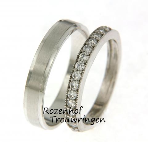 Een strakke vormgeving stond centraal bij het specialiseren van deze trouwringen. De ringen zijn uitgevoerd in witgoud en een heel geliefd model. De trouwringen zijn smal en hebben een mooie afwerking.