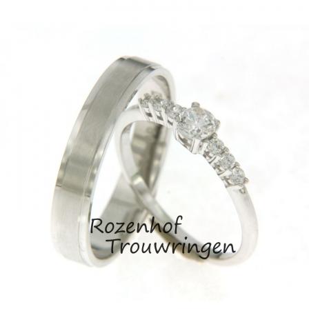 Een strak vormgegeven herenring vervaardigd uit witgoud met daarnaast een stijlvolle en chique trouwring voor de bruid die versierd is met schitterende diamanten. Maak een afspraak bij Rozenhof Trouwringen en kom een keertje langs!