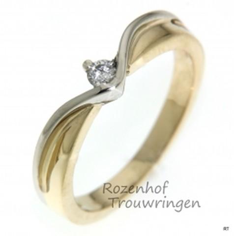 Fantasievolle verlovingsring van witgoud en geelgoud met briljant geslepen diamant.
