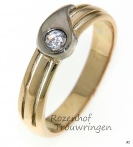 Verlovingsring van glanzend geelgoud met witgoud. De briljant geslepen diamant van 0,25 ct schittert extra door de zetting in de druppelvorm van glanzend witgoud.