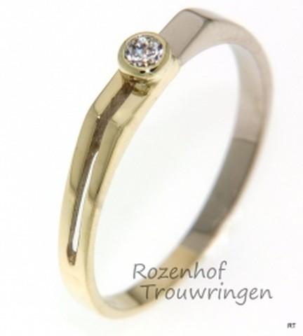 Artistiek vormgegeven verlovingsring van witgoud en geelgoud. In de overgang van het witgoud naar het geelgoud is een schitterende briljant geslepen diamant van 0,04 ct gezet.