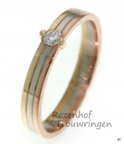 Verlovingsring in drie kleuren. De ring is opgebouw uit een geelgouden, een witgouden en een roodgouden band. Een briljant geslepen diamant houdt de banden samen.