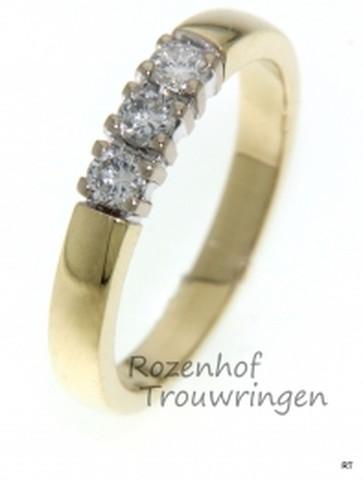 Chique, glanzend geelgouden verlovingsring bezet met 3 briljant geslepen diamanten van 0,08 ct.