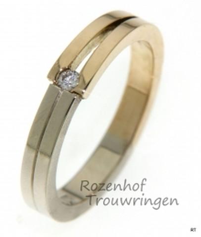 Moderne verlovingsring in twee kleuren. Een briljant geslepen diamant is gevangen tussen de twee gespleten banen.