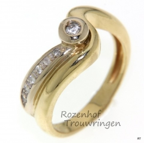 Glanzende, geelgouden verlovingsring met een bijzondere twist. In de ring zijn 6 briljant geslepen diamanten van 0,005 ct en 1 diamant van 0,6 ct gezet wat van de ring een schitterend geheel maakt.