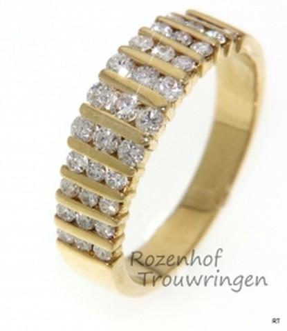 Geelgouden verlovingsring. De ring bevat 33 fonkelende diamanten, briljant geslepen.