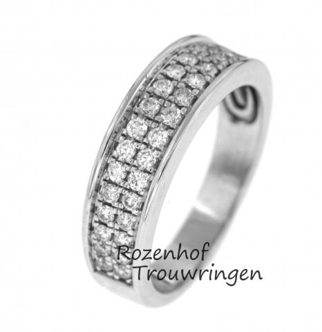 Schitterende, 6,3 mm brede verlovingsring van glanzend witgoud bezaaid met 34 briljant geslepen diamanten.