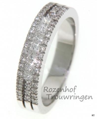 Chique verlovingsring van glanzend witgoud in moderne strakke vormgeving. De 40 briljant geslepen diamanten en de 7 princess geslepen diamanten zijn op unieke wijze in de ring gezet.