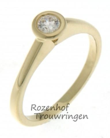 Glanzende, geelgouden verlovingsring van 2 mm breed. Prachtig te dragen samen met een andere ring, de briljant geslepen diamant van 0,14 ct torent dan prachtig boven de ringen uit door de speciale zetting.