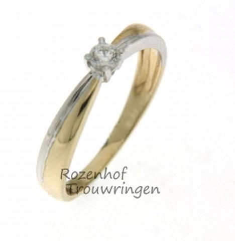 Kunstige verlovingsring, vervaardigd uit geelgoud met witgoud met glanzende finish. De ring is bezet met een briljant geslepen diamant van 0,09 ct.