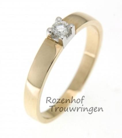 Modern vormgegeven verlovingsring in twee kleuren. De breedte is 3 mm. Een fonkelende, briljant geslepen diamant van 0,1 ct is in een witgouden zetting gezet.