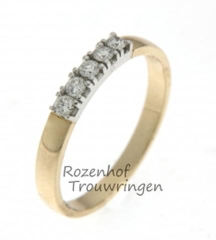 Slanke, geelgouden verlovingsring van 2,7 mm breed met witgouden zetting. Een fraai pad van 5 briljant geslepen diamanten van in totaal 0,2 ct loopt over de ring.