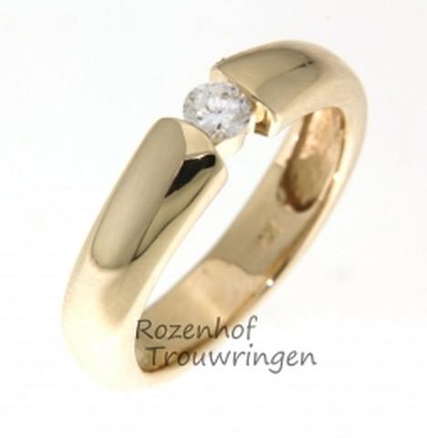 Fraaie verlovingsring van glanzend geelgoud. De ring is 4,7 mm breed. Een briljant geslepen diamant van is als een vallende ster gevangen tussen de beide helften van de ring.