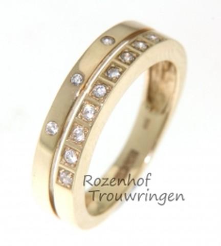 Trendy verlovingsring van geelgoud.Twee glanzende, gouden ringen samengesmeed tot 1 verlovingsring van 5 mm breed. De ene ring is bezet met 3 briljant geslepen diamanten, de andere met 9 briljant geslepen diamanten.