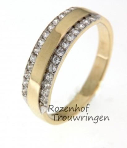 Prachtige, 5,7 brede verlovingsring van glanzend geelgoud met witgoud. Schitterend bezet met twee verlichte paden van fonkelende briljant geslepen diamanten van in totaal 0,26 ct.
