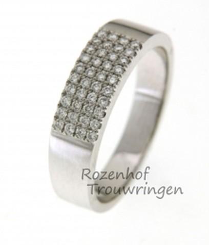 Strakke, witgouden verlovingsring bezaaid met een glinsterend veld van 40 briljant geslepen diamanten van in totaal 0,32 ct. Een lust voor het oog!