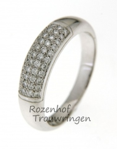 Bolle, witgouden verlovingsring waarin een lichtend veld is gezet van 44 briljant geslepen diamanten van in totaal 0,34 ct.