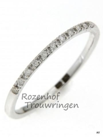 Fijne, witgouden verlovingsring van 1,5 mm breed. De ring is bezet met 11 briljant geslepen diamanten van in totaal 0,09 ct.