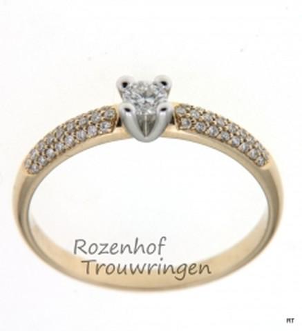 Bicolor verlovingsring, waarvan de zetting uit witgoud is gemaakt met daarin een prachtige briljant geslepen diamant. De ring is van geelgoud gemaakt met aan weerszijden van de zetting briljant geslepen diamanten van in totaal 0,28 ct.