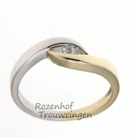 Sierlijke, bicolor verlovingsring, vervaardigd uit witgoud en geelgoud. Opvallend door de elegante twist, waardoor de briljant geslepen diamant van 0,04 ct het oog van de ring wordt.