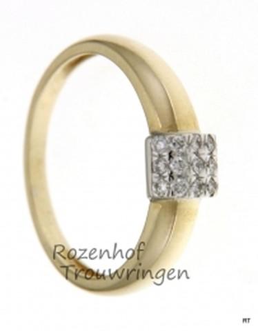 Smaakvolle verlovingsring in twee kleuren. De verlovingsring is 4 mm breed. De geelgouden ring wordt omvat door een witgouden zetting met 15 briljant geslepen diamanten van in totaal 0,16 ct.