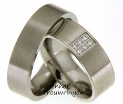 Tijdloze witgouden trouwringen van mat witgoud. In de dames trouwring is een veld van 6 briljant geslepen diamanten als blinkende blikvanger in de ring gezet.