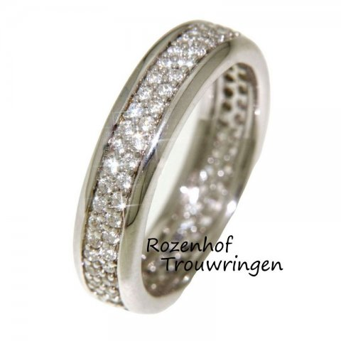 Betoverende verlovingsring van witgoud met een oneindige zee van 96 fonkelende diamanten die rondom de ring gezet zijn. Een mooi symbool voor uw eeuwige liefde.