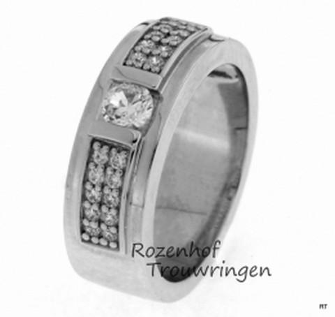 Schitterende, 7 mm brede verlovingsring van witgoud. De ring is weldadig versierd met 21 briljant geslepen diamanten.