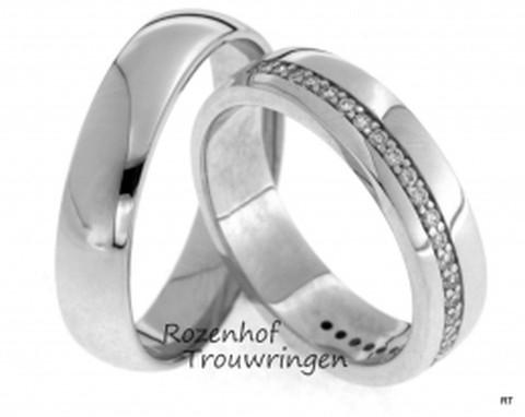 Klassieke trouwringen met rivier van glinsterende diamanten.
