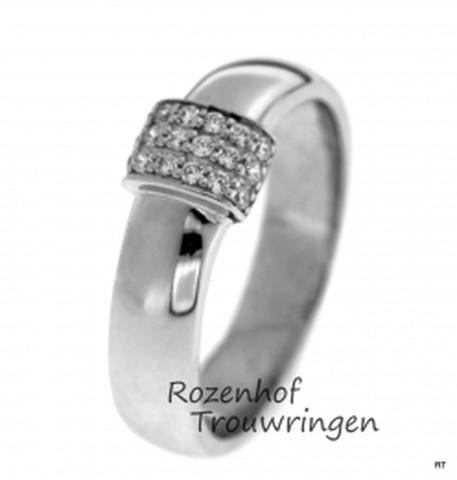 Bolle, witgouden verlovingsring van 5 mm breed met hoogglanzende finish. Een veld van 18 briljant geslepen glinsterende diamanten is bovenop de ring geplaatst.
