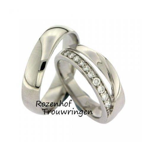 Klassieke witgouden ring met een twist, bezet met diamanten. De herenring is klassiek van vormgeving en zonder poespas. De damesring springt eruit door de aparte twist in de ring. De 10 briljant geslepen diamanten van 0,02 ct in de dames trouwring zorgen voor een schitterend geheel.