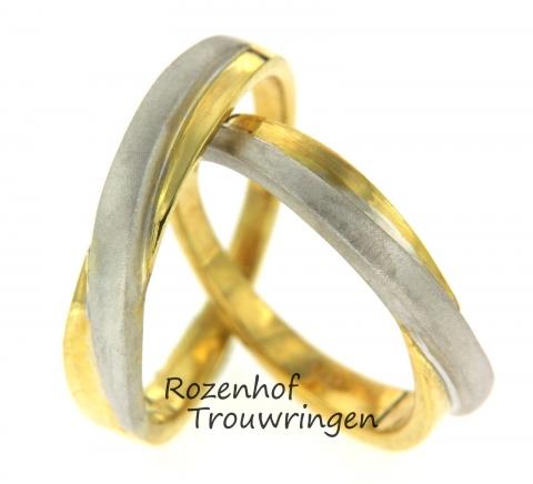 In dit trouwringenpaar worden banen van wit- en geelgoud afgewisseld. De ringen zijn identiek aan elkaar en zien er neutraal maar stijlvol uit. Beide kleuren hebben een matte finish dit zorgt voor een natuurlijke look. Deze ringen zijn leverbaar in 9, 14 en 18 karaat goud.
