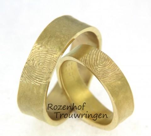 Unieke vingerafdruk trouwringen van geelgoud. De strakke, ambachtelijke trouwringen zijn sober van uitvoering. Wat opvalt is uw unieke vingerafdruk.