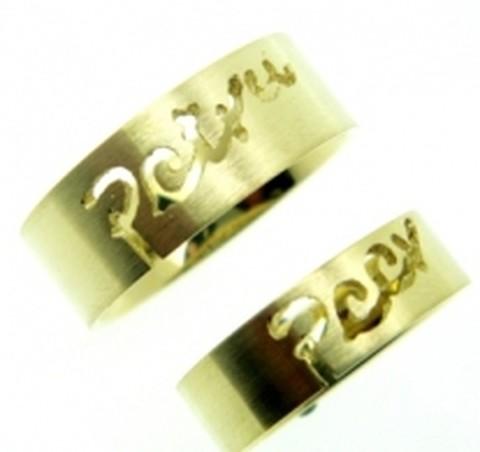 Strakke, geelgouden naamringen met glanzende letters
